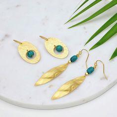 Succombez pour ce duo de boucles d'oreilles composées de perles de turquoise naturelles et de pendentifs doré mat Or 24carats. Tout en texture, elles apporteron