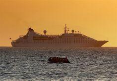 Un bote repleto de refugiados sirios se acerca a la isla griega de Kos