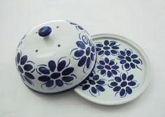 Porcelana Monte Sião | Queijeira colonial grande(574) Pottery Painting, Ceramic Painting, Ceramic Art, Painted Plates, Hand Painted Ceramics, Ceramic Butter Dish, Pottery Houses, Cake Carrier, Glaze Paint