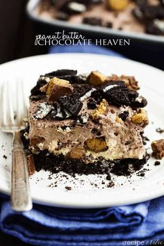 An oreo crust, a creamy peanut butter cheesecake center with peanut butter cups, and a chocolate pudding whipped topping. And no baking required! Peanut Butter Chocolate Heaven - The Recipe Critic Best Chocolate Desserts, Peanut Butter Desserts, Peanut Butter Cheesecake, Peanut Butter Cups, Chocolate Peanut Butter, Chocolate Pudding, Chocolate Fudge, Chocolate Lasagna, Chocolate Cheesecake