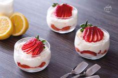 Il tiramisù alle fragole senza uova è un dessert al cucchiaio raffinato e goloso con fragole e limone, la versione light del classico tiramisù