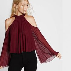 Express High Neck Pleated Cold Shoulder Blouse in Berry as seen on Emily Ratajkowski Girls Fashion Clothes, Girl Fashion, Fashion Outfits, Cute Summer Outfits, Cool Outfits, High Neck Lace Dress, Look Formal, Cold Shoulder Blouse, Shoulder Tops