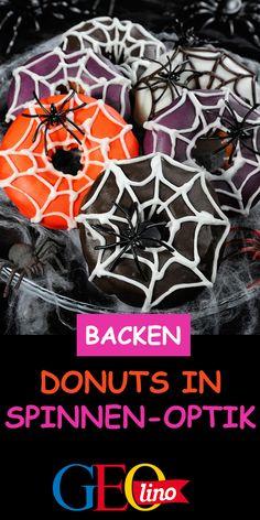 Wir backen Donuts mit Spinnennetzen aus Zuckerguss! Das Rezept zum Ausprobieren findet ihr auf GEOLINO.de. #backen #halloween #rezept #donuts #kinderrezept #diy Halloween Donuts, Poster, Cooking, Scary Halloween, Spider Webs, Recipes For Children, Fall, Deco, Cuisine