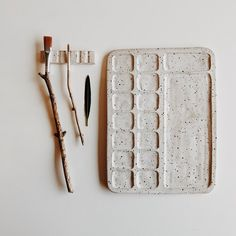 ceramic painting Hand carved ceramic paint palette made from caramel clay coated with a beautiful matte white speckled glaze. Perfect for your favorite gouache or watercolors. Ceramic Shop, Ceramic Clay, Ceramic Pottery, Pottery Art, Slab Pottery, Pottery Studio, Handmade Ceramic, Handmade Pottery, Ceramic Bowls