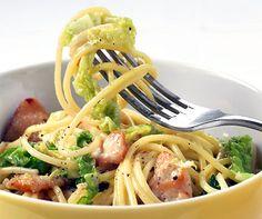Spaghetti mit Poulet-Carbonara  Spaghettisaucen kann man nie genug kennen: hier eine winterliche Carbonara-Variation mit Wirz und Pouletstückli.