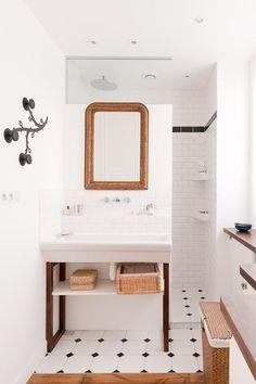 la salle de bains de Muriel Cibot, deco d'interieur, appart de 60m2 à Paris, reportage complet dans le journal de ma maison de mai 2013 (mais qui ne montre pas la salle de bain) salle de bains, salle de bains noir et blanc, carreaux salle de bain, muriel cibot