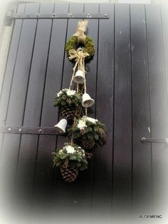 The most beautiful winter decoration ideas with pine cones … Number 4 looks … - Home Page Christmas Swags, Shabby Chic Christmas, Christmas Flowers, Country Christmas, Christmas Time, Christmas Ornaments, Christmas Arrangements, Flower Arrangements, Holiday Crafts