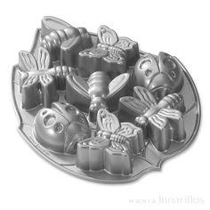 Molde de aluminio antiadherente de excelente calidad, cuya fundición proporciona una cocción uniforme, con 8 cavidades para realizar insectos. Los moldes Nordic Ware se deben lavar con agua templada jabonosa antes del primer uso y después de cada utilización. Si queda algún residuo en una hendidura, esperar a que se seque y retirar con un pincel. Para asegurar que al desmoldar se obtienen las formas definidas que ofrecen los distintos moldes, se debe utilizar mantequilla y espolvorear…