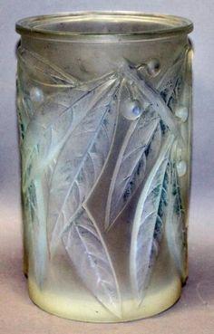 Lalique Vase Laurier, circa 1922 – Verre et de vitrailes Art Nouveau, Art Deco, Antique Glass, Antique Art, Cut Glass, Glass Art, Vases, Lalique Jewelry, Chandeliers
