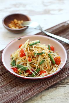 Green papaya salad or Som Tam recipe. Easy Thai green papaya salad that uses green papaya, fish sauce, palm sugar, and chilies to make this salad. Thai Recipes, Asian Recipes, Cooking Recipes, Shrimp Recipes, Easy Delicious Recipes, Healthy Recipes, Amazing Recipes, Thai Chili, Papaya Salat