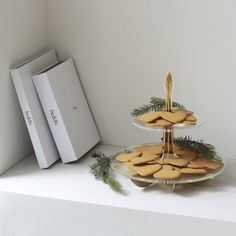 Lily cake stand gold with Christmas treats