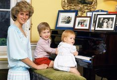 October Sir Alastair Burnet interviews the Prince and Princess of Wales in the drawing room of Kensington Palace for a Royal documentary. Prince Charles, Prince William & Prince Harry pose for the cameras. Photos by Tim Graham Princesa Charlotte, Princesa Diana, Princess Diana Rare, Princess Diana Photos, Prince And Princess, Princess Of Wales, Princess Beatrice, Baby Princess, Princess Style