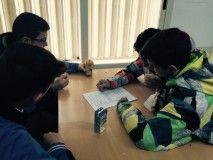 Alumnos realizando la segunda prueba del Trivial Literario