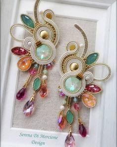 Indian Jewelry Earrings, Jewelry Tags, Diy Earrings, Jewelery, Textile Jewelry, Fabric Jewelry, Tutorial Soutache, Shibori, Handmade Necklaces