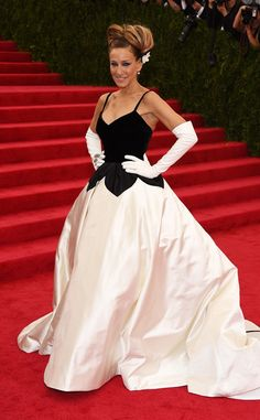 Sarah Jessica Parker knows how to make an entrance in this stunning Oscar de la Renta gown!
