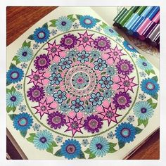 Adorei essa combinação de cores dessa mandala de flores do livro Jardim Secreto. Its beautiful!  #Repost @esrazgl ------------------------------------------------- #johannabasford  #secretgarden  #fabercastell #colorful #Jardimsecreto #viciodecolorir #jardimsecretoinspire #arttherapy