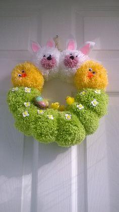 Corona fatta a mano da pompon, decorata con Pasqua pulcini, fiori di feltro e altri abbellimenti,