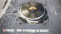 """Eagles'ın 16 kez platin plak ödülüne layık görülen """"Hotel California"""" albümünün devasa plağı Los Angeles'ta Forum Konser Salonu'nun Çatısında dönüyor."""