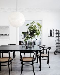 Black and white and rad all over. Those dining chairs + table are like  no? Inspo and photo by @vintageluxe