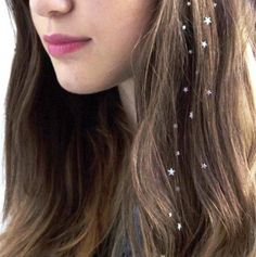 Charmsies Silver Stars Hair Charms Add Charmsies to your hair while its down, braided or in a ponyta Summer Hairstyles, Pretty Hairstyles, Straight Hairstyles, Hair Tinsel, Flash Tattoos, Hair Tattoos, Vintage Curls, Tattoo Trend, Editorial Hair