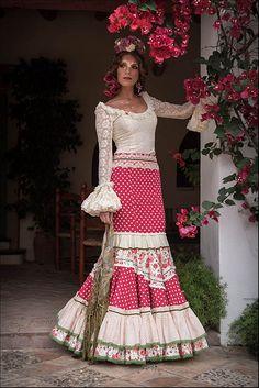 Colección de trajes de flamenca 2015 - Manuela Macías Moda Flamenca Flamenco Costume, Flamenco Skirt, Flamenco Dancers, Flamenco Dresses, Spanish Fashion, Dress Up Outfits, Historical Clothing, Traditional Dresses, Fashion Show