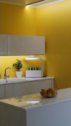 Keltainen keittiö.
