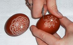 Zdobení kraslice voskovými barvami, Easter Egg Decoration with waxy colors, Egg Crafts, Easter Crafts, Youtube Easter Eggs, Polish Easter, Orthodox Easter, Carved Eggs, Egg Tree, Easter Egg Designs, Ukrainian Easter Eggs