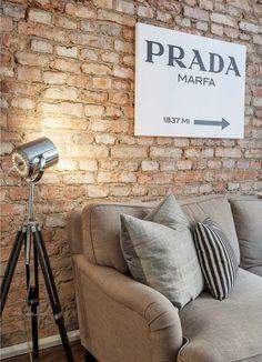 Um apartamento super moderno usando o estilo do tijolinho e demais cores para compor o ambiente