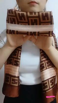 Ways To Tie Scarves, Ways To Wear A Scarf, How To Wear Scarves, Scarf Wearing Styles, Scarf Styles, Diy Fashion Hacks, Scarf Knots, Scarf Tutorial, Clothing Hacks