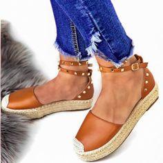 Εσπαντρίγιες Valia τρουκς ταμπάαπό συνθετικό δέρμα. Το πέλμα τους είναι από σχοινί σε φυσικό χρώμα και έχουν ύψος 4 εκ. Είναι διακοσμημένες με χρυσά τρουκς Espadrilles, Wedges, Sandals, Shoes, Fashion, Espadrilles Outfit, Moda, Shoes Sandals, Zapatos