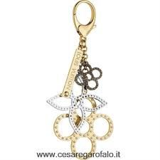 Description: Inspired by Louis Vuitton's perforated Mahina leather, this stylish bag charm mixes Monogram flowers in different finishes of brass. Fuction: Key Holders And Bag Charms Model: Color: Multicolour Louis Vuitton Key Ring, Louis Vuitton Wallet, Louis Vuitton Handbags, Louis Vuitton Online, Louis Vuitton Official Website, Classic Handbags, Louis Vuitton Accessories, Beautiful Handbags, Authentic Louis Vuitton