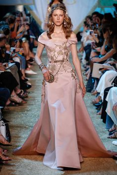 See the complete Elie Saab Fall 2017 Couture collection.