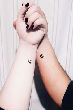 37 Tiny Tattoos For Big-Time Besties 37 Winzige Tattoos für Besties Tiny Tattoos For Women, Cute Tiny Tattoos, Little Tattoos, Trendy Tattoos, Small Tattoos For Couples, Small Tattoos For Sisters, Tattoos For Family, Tattoos For Friends, Small Simple Tattoos