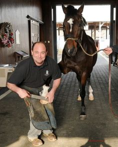 The farrier who works at the Kentucky Horse Park . Here he is doing Cigar! The farrier does all sizes! From Mini to draft horse! Got to meet Cigar! Horse Galloping, Thoroughbred Horse, Kentucky Horse Park, Kentucky Derby, King Horse, Horse Ears, American Saddlebred, Sport Of Kings, Racehorse
