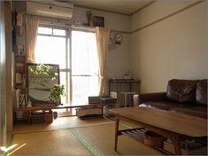 イこの古い住まいも、住んで2年が過ぎました。 暮らしの中で大切にしたいこと、好きなインテリアの嗜好も変化し続け、 それに伴い部屋も変化、変化、、、 変化していくことは楽しいことです。 もちろん、デスクができたことでモノの収納も変化しています。ンテリア : 片付けたくなる部屋づくり My Room, Dorm Room, Japanese Apartment, Tatami Room, Room Interior, Interior Design, Apartment Complexes, Japanese Interior, Cozy Place