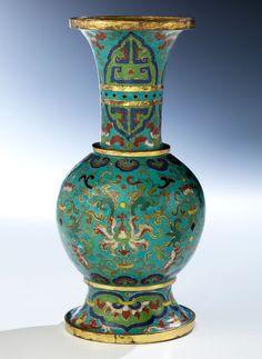 Höhe: 21,5 cm. China, Qing-Dynastie, 18. Jahrhundert. Rundlicher Vasenkorpus auf breitem vergoldetem Standfuß und sich weitender Hals mit brei tem goldenem...