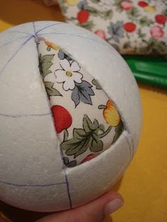 How to Make Holiday Ornaments: Button Wreaths, Vintage Polystyrene Balls & Quilted Christmas Ornaments, Fabric Ornaments, Christmas Fabric, Christmas Baubles, Christmas Art, Christmas Projects, Country Christmas Crafts, Country Christmas Decorations, Xmas Crafts