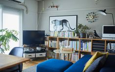 じぶんで編集する、コンパクトな団地くらし。 | MUJI SUPPORT 事例集 | 無印良品 Interior Concept, Interior Design, Office Desk, My House, Shelves, Living Room, Furniture, Home Decor, Mood