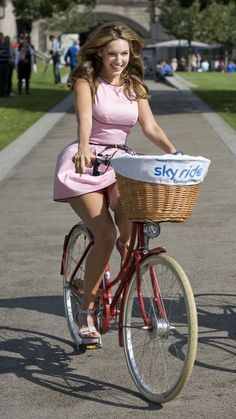 Girls: Kelly Brook Upskirt Bicycle Riding At Mayor Of London's Sky Ride In London Bicycle Women, Bicycle Girl, Mtb Bicycle, Push Bikes, Cycling Girls, Cycling Wear, Cycling Jerseys, Cycle Chic, Bike Style