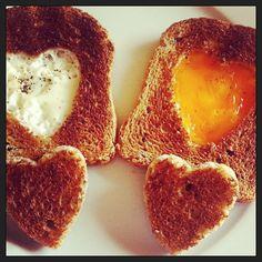 Uova e toast a forma di cuore - #toast #instagnam #foodie #sanvalentino #valentinesday #eggs #appetizer #instafood #food #englishbreakfast #antipastiveloci #vegetarian #starter