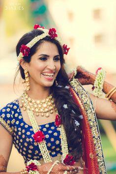 Lehenga styled with fresh flower maathapatti and polki studded bridal necklace set. Fresco, Goa Wedding, Wedding Bride, Destination Wedding, Mehndi Ceremony, Haldi Ceremony, Lehenga Jewellery, Mehendi Outfits, Bridal Necklace Set