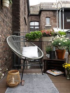 With these tips, a small balcony becomes a city oasis - Balkon - Design RatBalcony Plants tan Furniture Small Balcony Decor, Balcony Plants, Outdoor Balcony, Small Patio, Balcony Garden, Outdoor Spaces, Modern Balcony, Outdoor Patios, Small Yards