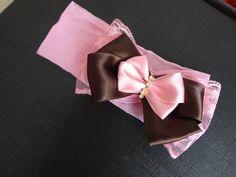 Faixa em meia de seda rosa claro, com laço triplo de renda rosa, fita de cetim marrom e fita de cetim rosa com strass. R$ 15,90