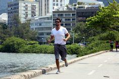 Ex-BBB Marcelo se exercita na Lagoa Rodrigo de Freitas, no Rio