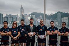 Pin for Later: Ces Photos de Chris Hemsworth Posant Avec une Équipe de Rugby Vont Vous Faire Prendre un Coup de Chaud