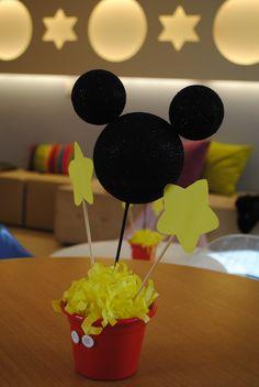 os centros de mesa dos convidados também foram no tema Mickey