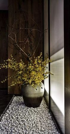Forsythia blossoms and curly willow branches Asian Interior, Japanese Interior, Modern Interior, Ikebana, Flower Vases, Flower Art, Flower Arrangements, Deco Floral, Arte Floral