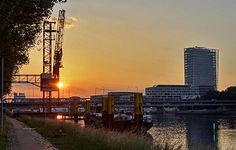 Am Deich - Blick auf die #Überseestadt mit Weser-Tower, GOP und Steigenberger. http://www.liegeplatz-bremen.de/heimat/neustadt-und-buntentor/