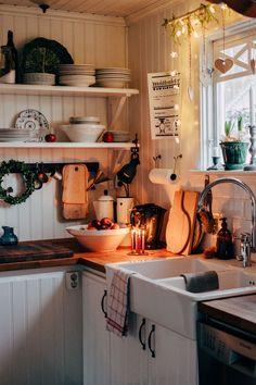 Härliga dagar uppe i norr! Swedish Cottage, Cozy Cottage, Cozy House, Cottage Kitchens, Home Kitchens, Rustic Kitchen, Vintage Kitchen, Autumn Interior, Happy Kitchen