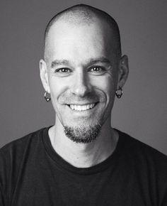 Carlos – também conhecido por TATU. Português. 40. É baterista e professor. Adora futebol. Não consegue estar num sítio sem ouvir música.